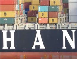 کشتی کانتینربر در اندونزی به گل نشست